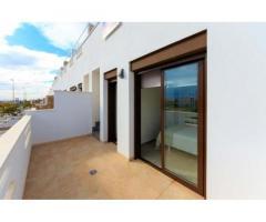 Недвижимость в Испании, Новые таунхаусы рядом с пляжем от застройщика в Торревьеха